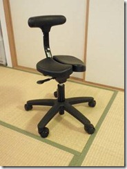 座面の割れた椅子