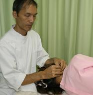 鍼灸治療を行う角谷先生